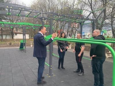 """Теренът край бл.16 в к-с """"Славейков"""" се превърна в хубав малък парк с детска и спортна зона"""