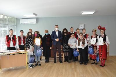 """Кметът награди ученици от СУ"""" Добри Чинтулов"""