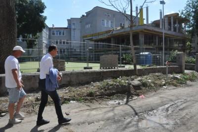 """Кметът провери как върви строителството на новия корпус на училище """"Св. св. Кирил и Методий"""""""