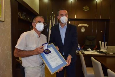 Димитър Николов награди двама медици за принос в опазване на детското здраве