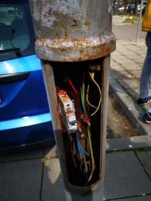 """Нещо повече от вандализъм – някой повреди умишлено над 30 осветителни стълба по ул. """"Места"""""""