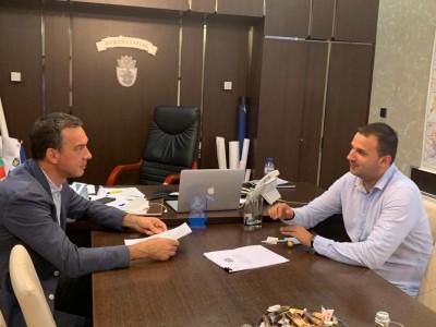 Кметът Димитър Николов и председателят на студентите Даниел Парушев обсъдиха възможности за бъдещо партньорство