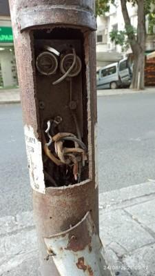 За пореден път нарязаха кабелите на улични стълбове в Бургас