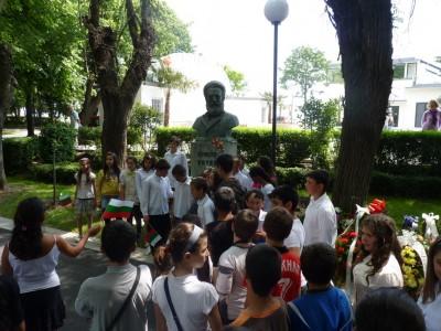 В 12 часа на 2 юни отдаваме почит при паметника на Ботев в Морската градина