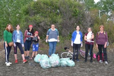 """Децата от Еко-клуб """"Сини изследователи"""" събраха над 840 литра пластмасови отпадъци след екоакция на плажа"""