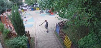 Мъж троши оградата на детската площадка до Старата поща